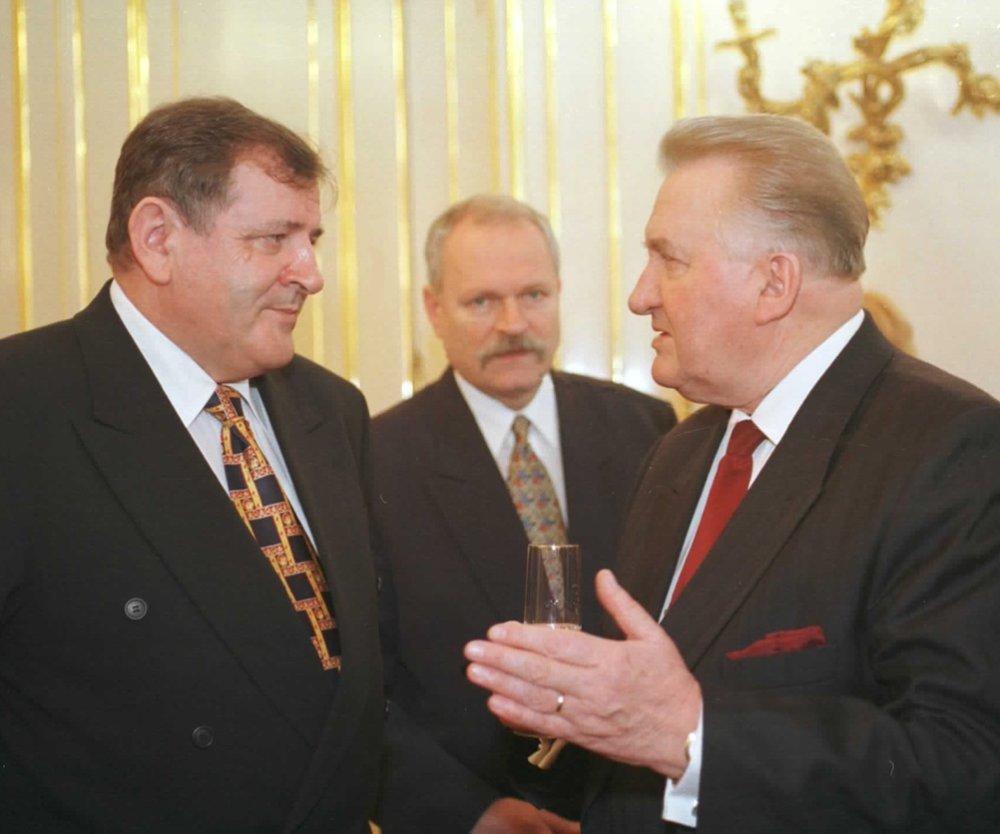 Prezident Michal Kováč (vpravo) v rozhovore s premiérom Vladimírom Mečiarom a predsedom Národnej rady Ivanom Gaššparovičom (v pozadí). foto-TASR