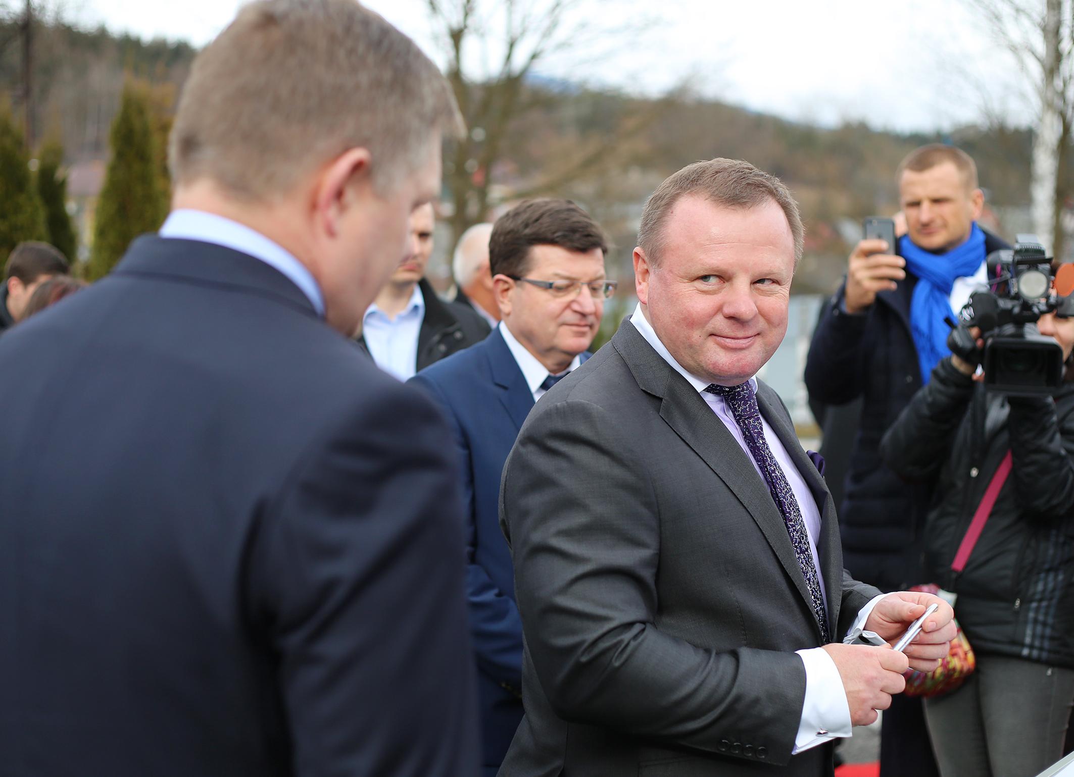 Ružomberské papierne dostali pomoc od vlády Roberta Fica. Spoluvlastní ich Milan Fiľo (vpravo). Foto – TASR