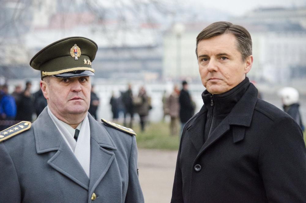 Peter Gajdoš (vľavo) a štátny tajomník ministerstva obrany Miloš Koterec na začiatku roka 2016 pri slávnostných salvách na oslavu výročia vzniku Slovenskej republiky. Foto - TASR