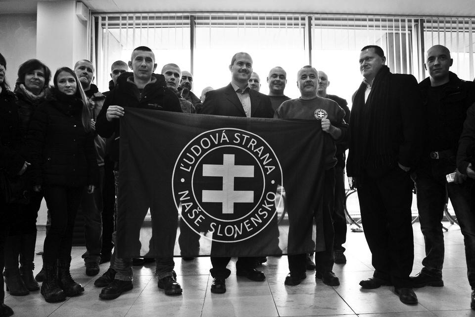 Po uvedení do úradu sa predseda BBSK fotografuje so spolustraníkmi na recepcii držiac vlajku strany. Banská Bystrica, 2013. Foto - Ján Viazanička