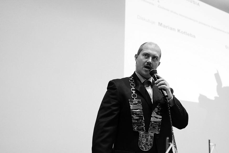 Župan Marian Kotleba v plnej paráde. Banská Bystrica, 2015. Foto - Ján Viazanička
