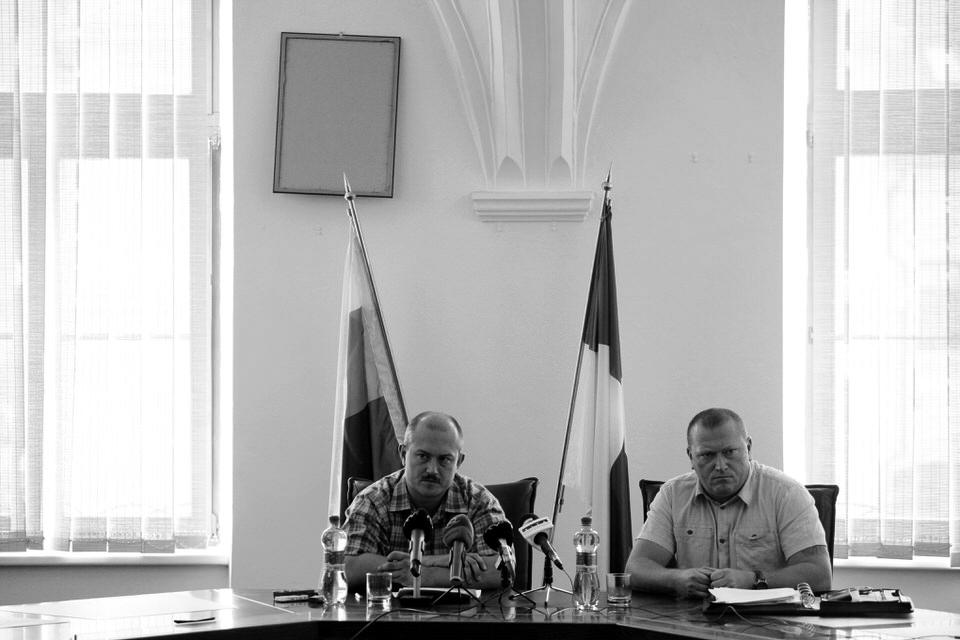 Predseda BBSK Marian Kotleba (vľavo) a hovorca úradu BBSK Miroslav Belička pod obrátenou fotografiou prezidenta SR na tlačovej konferencii na úrade BBSK. Banská Bystrica, 2014. Foto - Ján Viazanička