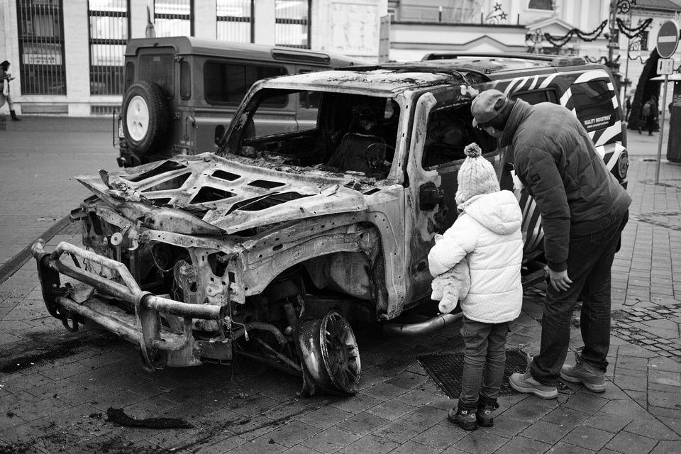 Auto, na ktorom jazdil aj Marian Kotleba, bolo v noci, keď bol zvolený za župana, podpálené. Banská Bystrica, 2013. Foto - Ján Viazanička