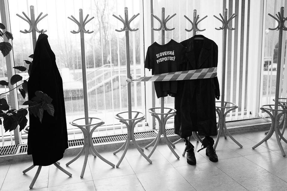 Zátišie, ktoré vytvorili aktivisti, malo pripomínať nedávny Kotlebov šatník a zákaz činnosti Slovenskej pospolitosti. Banská Bystrica, 2013. Foto - Ján Viazanička