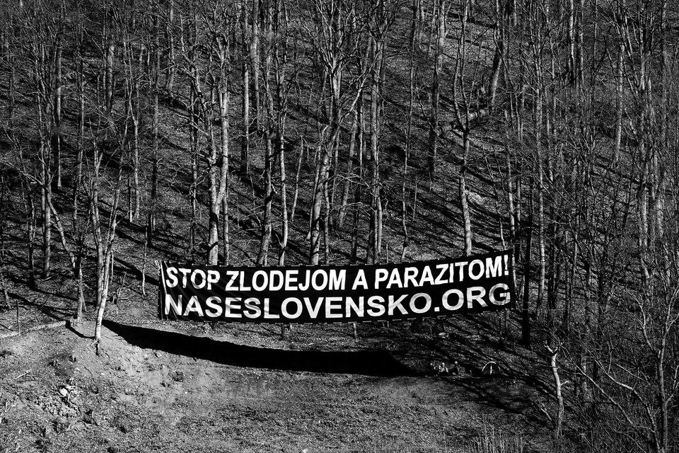 Transparent na kopci Urpín, pri ktorom stanujú mladí prívrženci. Banská Bystrica, 2010. Foto - Ján Viazanička
