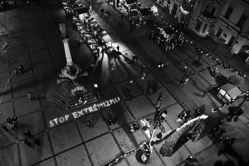 Nápis na Námestí SNP v Banskej Bystrici pred Úradom BBSK, ktorý pripravili Viera Dubačová, Rado Sloboda, Vlado Pirošík a ďalší odporcovia extrémizmu. Banská Bystrica, 2013. Foto - Ján Viazanička