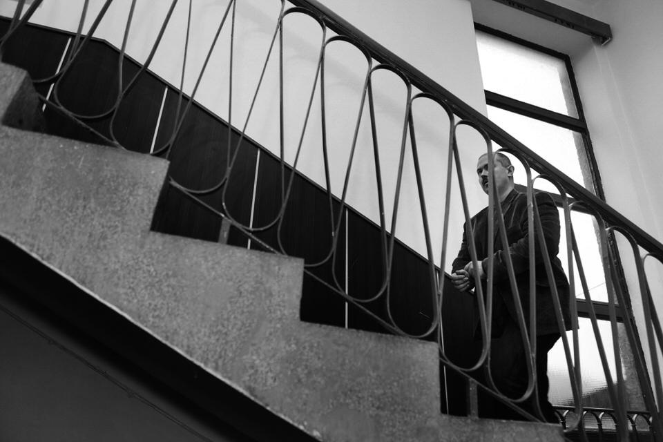 Predseda BBSK ide na stretnutie so svojimi oponentmi počas mimoriadneho zasadania zastupiteľstva BBSK. Jelšava, 2014. Foto - Ján Viazanička