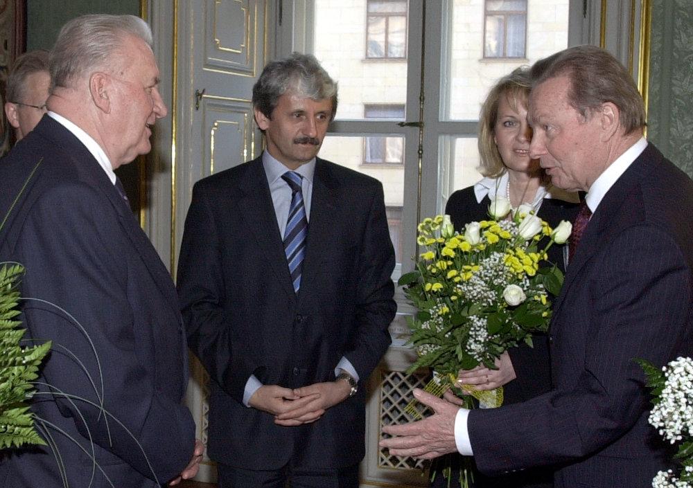 V marci 2003 sa v Prezidentskom paláci v Bratislave stretli na spomienke na 10. výročie voľby a inaugurácie prvého prezidenta Slovenskej republiky Michala Kováča úradujúci prezident Rudolf Schuster a premiér Mikuláš Dzurinda. foto - TASR