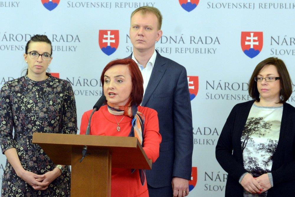 Prví ľudia opustili Sieť už po voľbách. Boli to poslanci Simona Petrík, Miroslav Beblavý a Katarína Macháčková a náhradnička Zuzana Zimenová. Foto - TASR