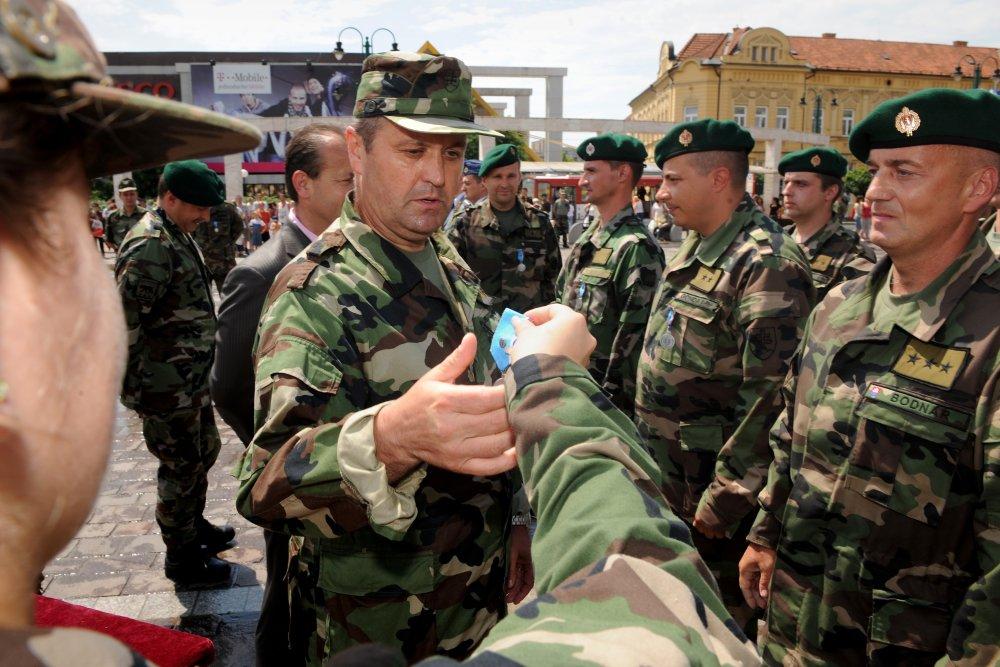 Peter Gajdoš v roku 2008 udeľuje medaily posádkam vrtuľníkov, ktoré slúžili v Kosove. Foto - archív TASR