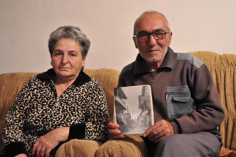 """""""Nevieme, čo je s naším domom, zachraňovali sme si holé životy."""" . Záber vznikol počas rozhovoru, hlboko v horách. Sídlo rodiny bolo pôvodne v Šahumjanskom regióne, severne od dnešnej hranice Náhorneho Karabachu a Azerbajdžanu. Zachránili sa v roku 1992 a dnes žijú na dôchodku v drsnej krajine a v skromných podmienkach. FOTO - MICHAL POLJAK"""