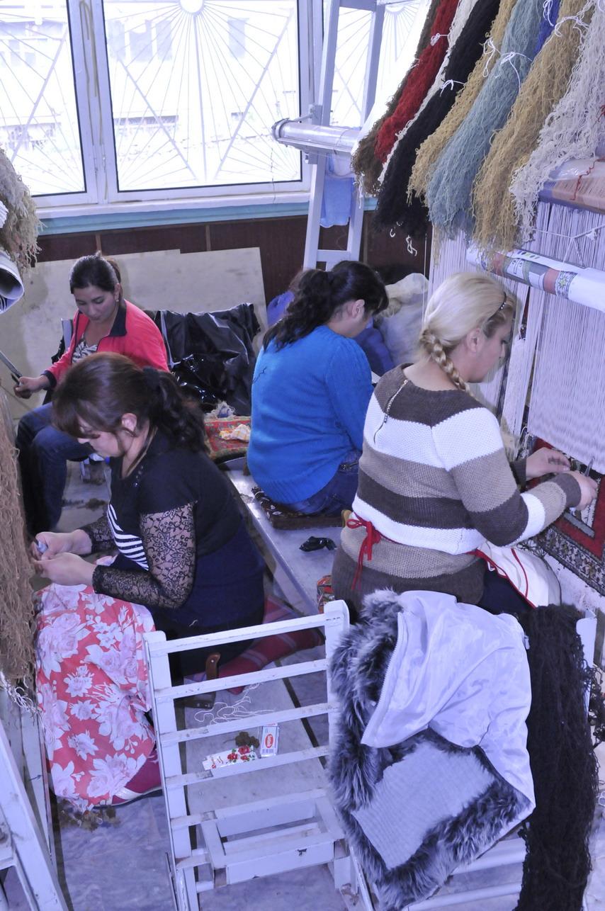 Ženy tkajú koberce. Malá firma v meste Šuši. Koberce a história vtkaná do ich vzorov, patri neodmysliteľne k Arménom a rovnako aj k Azerbajdžancom. FOTO - MICHAL POLJAK