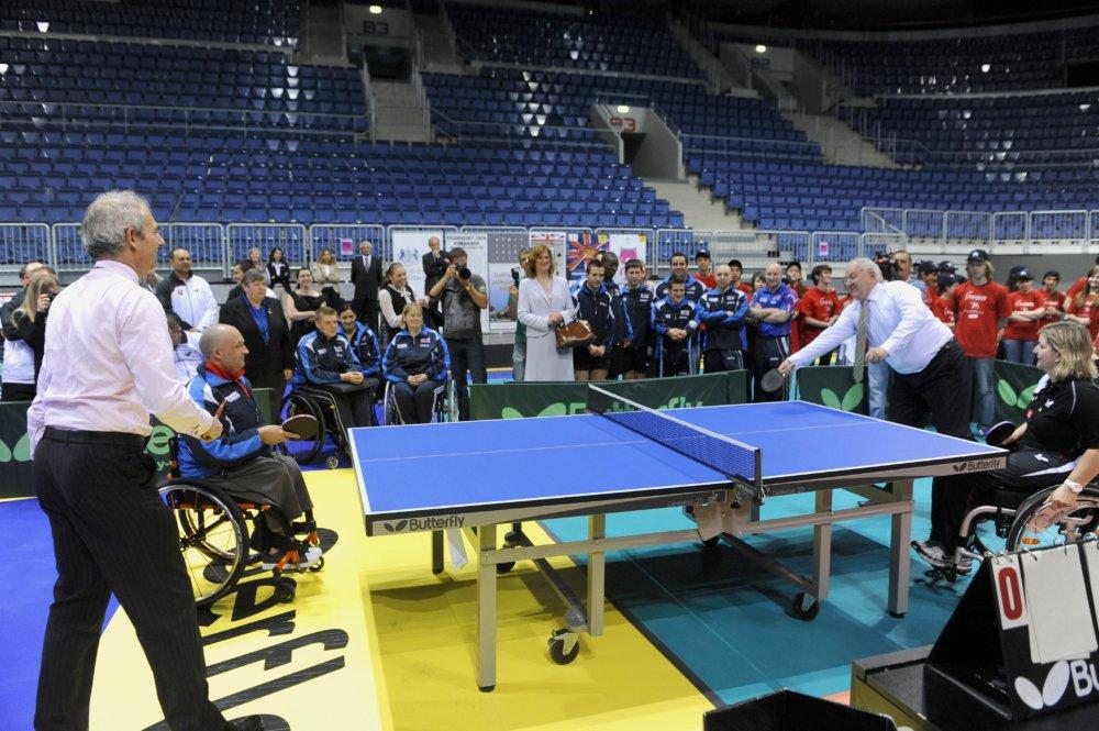V roku 2012 si David Lidington zahral pingpongovú štvorhru s vtedajším ministrom školstva Dušanom Čaplovičom a dvomi slovenskými paralolympionikmi. Foto - tasr