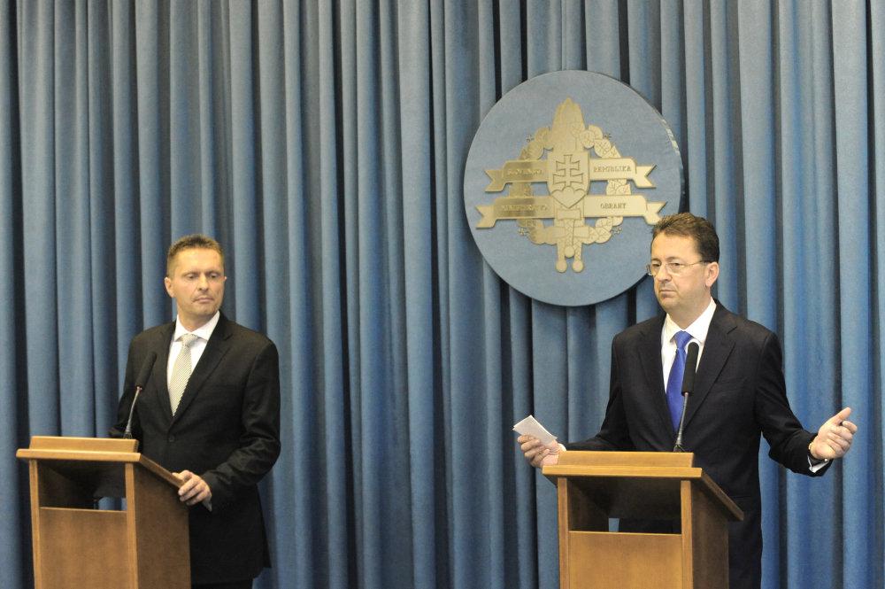 Máj 2013: Na podozrenia o tunelovaní vojenskej tajnej služby už musí reagovať aj vtedajší minister obrany Martin Glváč (vpravo). Šéfa tajnej služby Ľubomíra Skuhru (vľavo) podľa očakávania podrží. Foto – TASR
