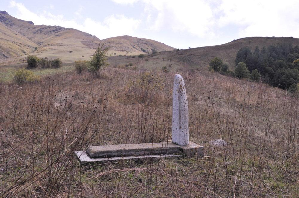 Jedna z obdivuhodných vlastnosti Arménov je úcta k histórii. Na zábere vidno, že nielen k svojej. Azerbajdžanské hroby nájdete v Náhornom Karabachu nedotknuté aj 26 rokov po konflikte. FOTO - MICHAL POLJAK