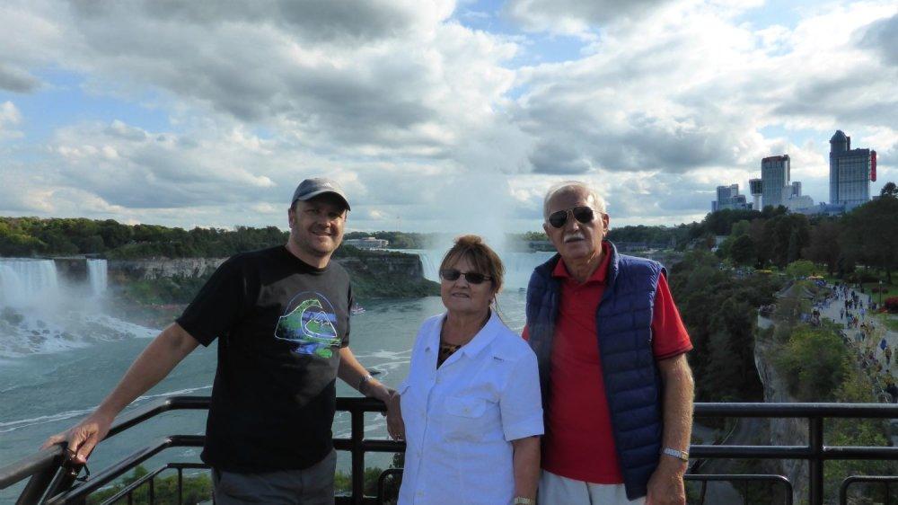 Marian Kotrec s rodičmi pri Niagarských vodopádoch. Foto - archív M. K.