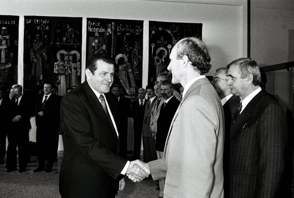 Predseda vlády Vladimír Mečiar v júni 1990 zložil sľub do rúk nového predsedu SNR Františška Miklošška. foto - TASR