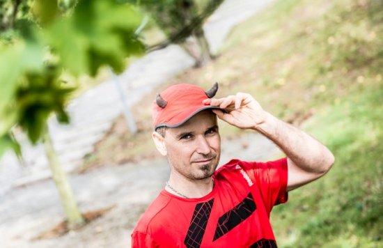 René behá maratóny v čiapke s diabolskými rohmi. Foto - archív Reného Kujana