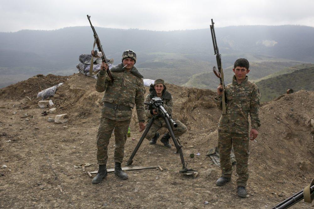 KK23 Náhorný Karabach - Arménski vojaci pózujú v Náhornom Karabachu 6. apríla 2016. Prímerie po obnovení ozbrojených zrážok v oblasti Náhorného Karabachu bolo dohodnuté v Moskve na stretnutí náèelníkov generálnych štábov ozbrojených síl oboch zainteresovaných krajín - Arménska a Azerbajdžanu. Boje pozdåž kontaktnej línie vypukli v sobotu 2. apríla. FOTO TASR/AP Armenian soldiers pose near a frontline in Nagorno-Karabakh, Azerbaijan, Wednesday, April 6, 2016. A cease-fire largely held Wednesday around Nagorno-Karabakh after an outburst of fighting that raised fears of a new all-out war between Azerbaijani and Armenian forces. (Karo Sahakyan/PAN Photo via AP)