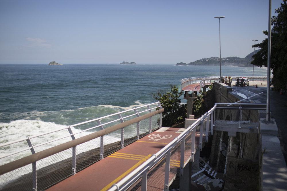 Nedávno spadol v Riu novopostavený cyklistický chodník, zahynuli dvaja ľudia. Aj to vzbudilo otázky, či je infraštruktúra postavená dobre. Foto - tasr/ap
