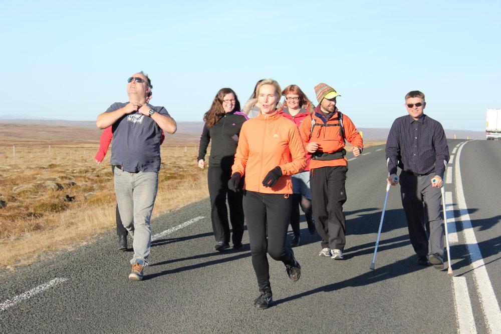 Na Islande v roku 2012 sa k Renému pridali ďalší bežci. Vozíčkarom chcel pomôcť aj muž s barlami. Foto - archív Reného Kujana