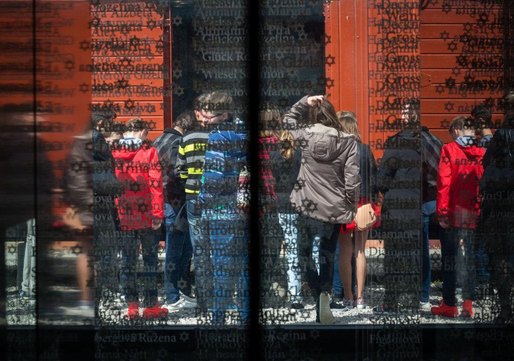 Pamätník s menami väzňov v tábore v Seredi a školáci na exkurzii. Foto N - Tomáš Benedikovič