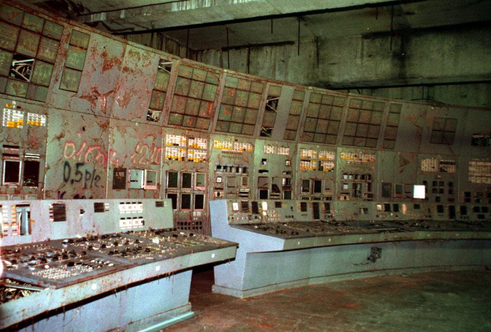 Takto vyzeralo vnútro poškodenej elektrárne v roku 2000. Foto - TASR