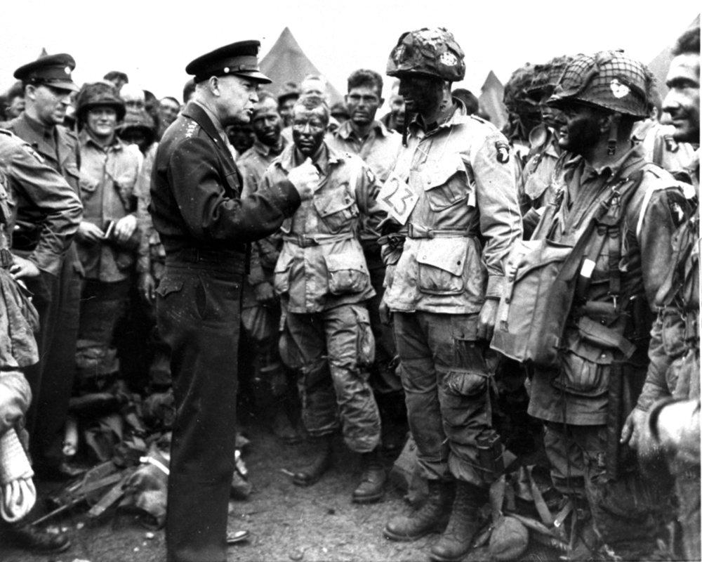 Americký generál Dwight D. Eisenhower 6. júna 1944 pred vylodením spojencov v Normandii. Foto – TASR/AP