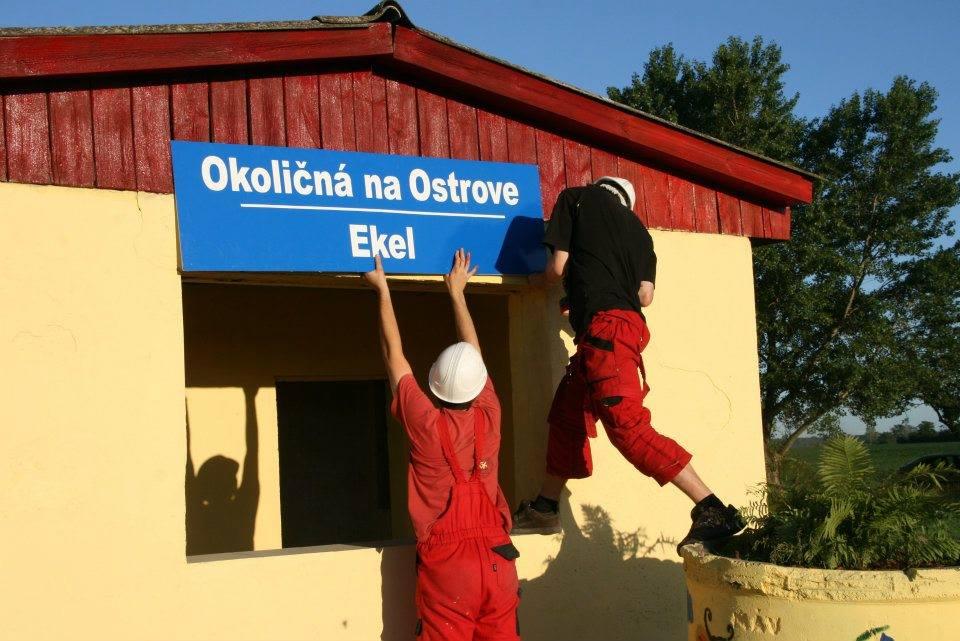 Hnutie Dvojjazyčné južné Slovensko na protest osádzalo tabule s maďarskými nápismi na vlakových zastávkach na vlastnú päsť. Foto – Dvojjazyčné južné Slovensko