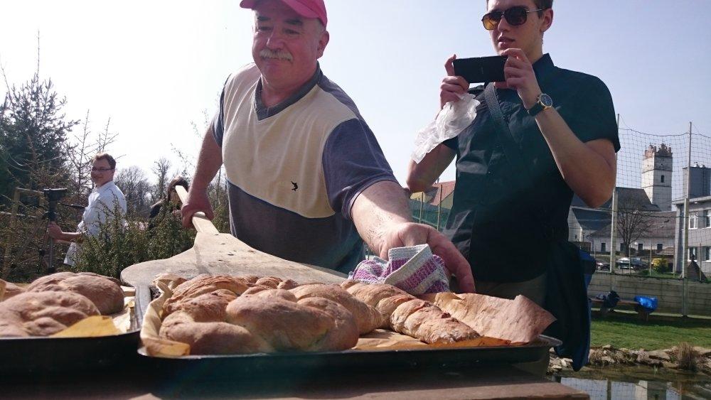 Napečené. Čerstvé pečivo zo školskej pece. Foto – Laco Kerekes