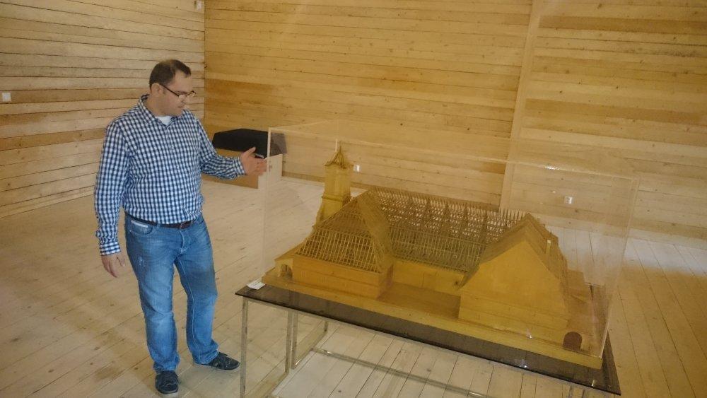 Správca múzea vSolivare Marek Duchoň pri makete, vďaka ktorej sa podarilo verne zrekonštruovať vzácnu strechu skladu soli. Foto N - Laco Kerekeš