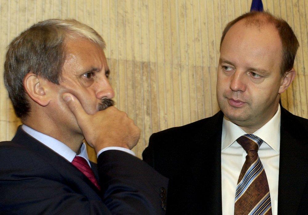 Veľkú investíciu v Žarnovici koncom roku 2004 ohlasoval aj vtedajší minister hospodárstva druhej Dzurindovej vlády Pavol Rusko (vpravo). Foto - TASR