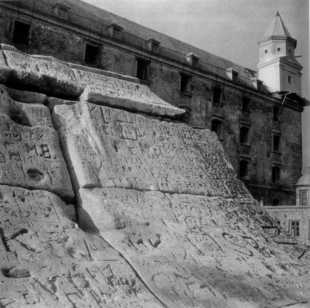 Hradné múry v minulosti niesli množstvo odkazov a svedčili o mnohých ľudských príbehoch.