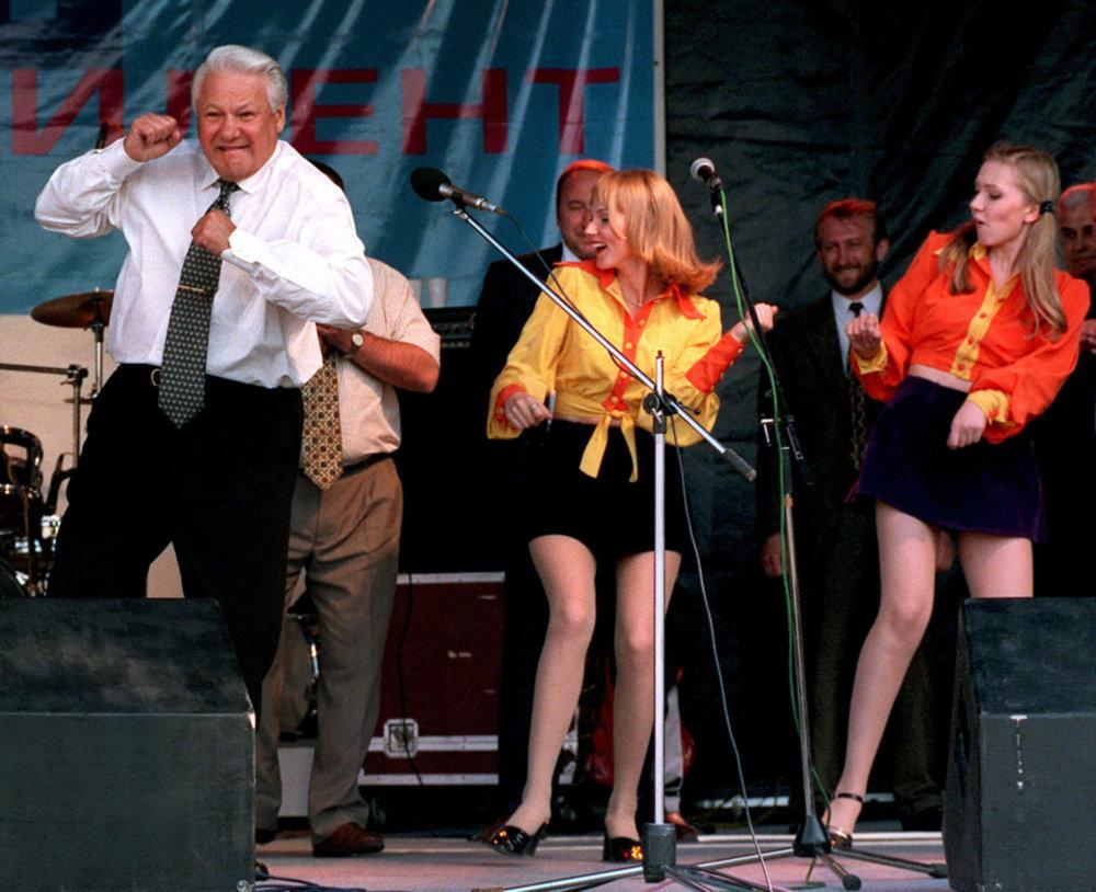 1. februára 1931 - sa narodil bývalý ruský prezident Boris Nikolajeviè Je¾cin. Zomrel 23.4.2007. Na archívnej snímke tancuje ruský prezident Boris Je¾cin 10. júna 1996 v Rostove. Bývalý ruský prezident zomrel vo veku 76 rokov 23. apríla 2007 v Moskve. FOTO TASR/AP **FILE** Russian President Boris Yeltsin dances at a rock concert in Rostov, Russia, in this Monday, June 10, 1996 file photo. Yeltsin, who engineered the final collapse of the Soviet Union and pushed Russia to embrace democracy and a market economy, has died, a Kremlin official said Monday, April 23, 2007. He was 76. (AP Photo/Alexander Zemlianichenko, file) *** Local Caption *** historický kalendár exprezidenti bývalí jubileá