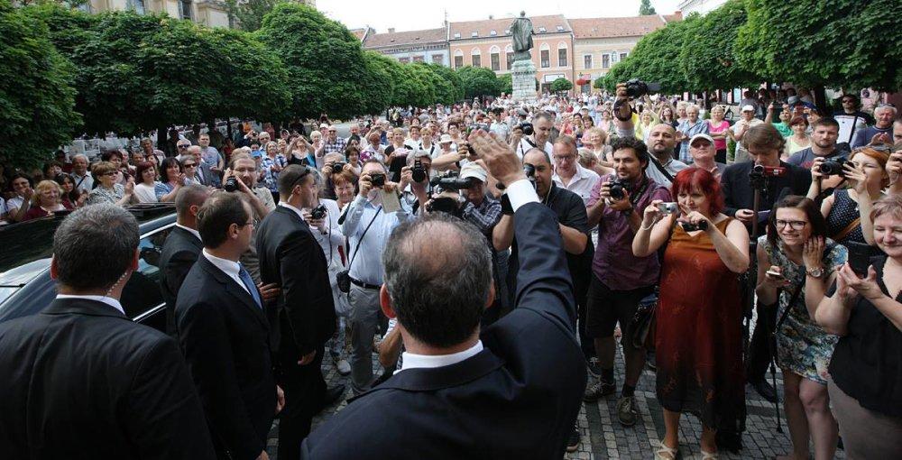 Prezidenta Kisku vítajú v Komárne. Foto – Kancelária prezidenta