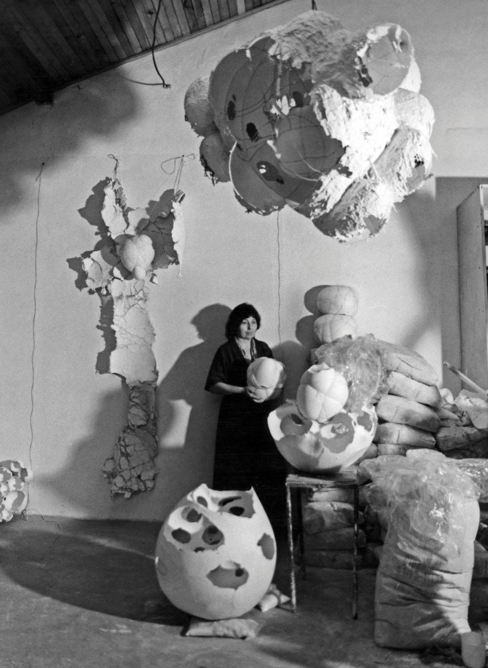 Maria Bartuszová v ateliéri, cca 1987. Foto - Gabriel Kladek