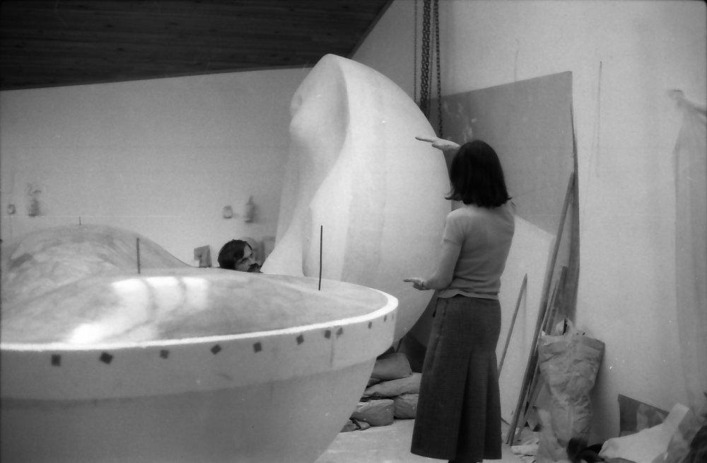 Maria Bartuszová pri práci vo svojom ateliéri, cca 1981. Foto - Gabriel Kladek