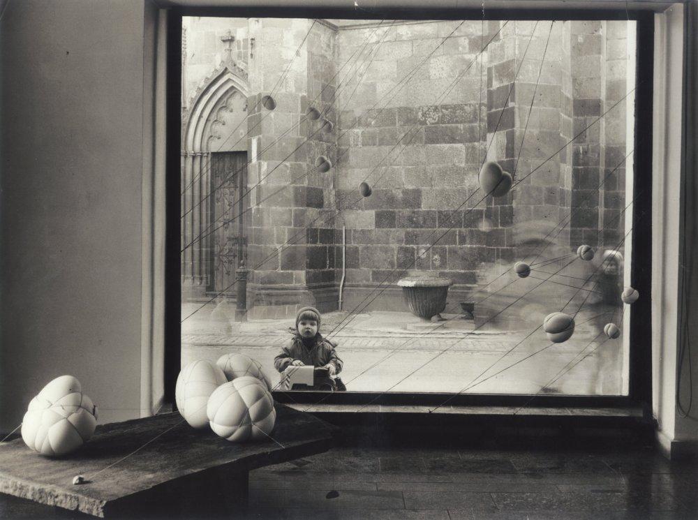 Maria Bartuszová - Previazané vajcia, 1985 - 1987, pohľad do výstavy Sochárske práce I, výstavná sieň ZSVU Košice 1988. Foto - Kamil Varga