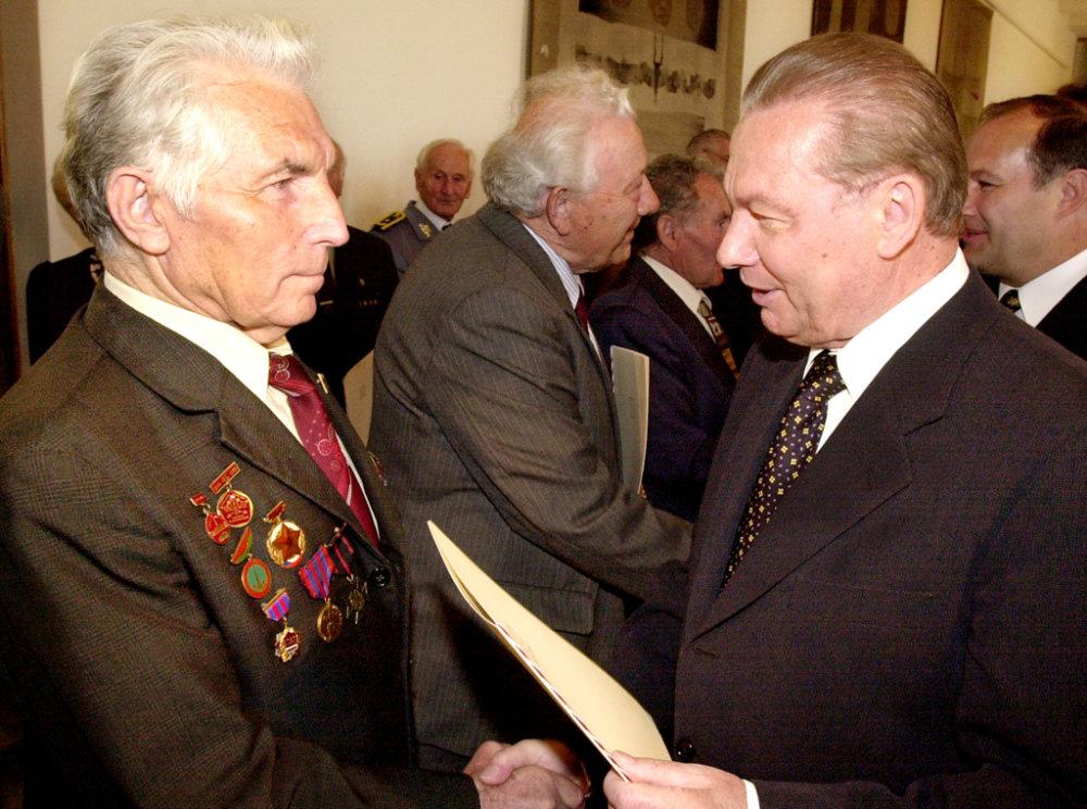 Prezident SR Rudolf Schuster prijal 5. mája na Bratislavskom hrade úèastníkov protifašistického odboja, ktorým odovzdal pamätné listiny. Na snímke Rudolf Schuster (vpravo) s Jurajom Bi¾om (v¾avo), príslušníkom Prvého èeskoslovenského armádneho zboru. Digitalfoto: Ivan Majerský - TASR, 5. mája 2000, Bratislava