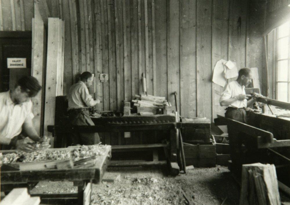 Stolárska dieľňa v pracovnom tábore v Seredi. Zdroj - Múzeum holokaustu