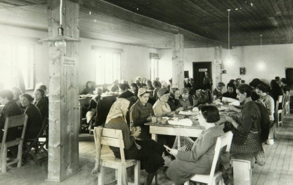 Židovky v krajčírskej dieľni v pracovnom tábore Sereď. Zdroj - Múzeum holokaustu