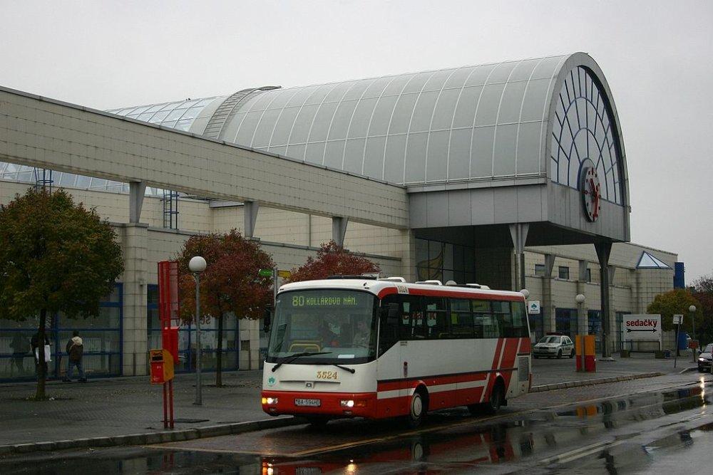 V Petržalke stojí jedna z najmodernejších staníc na Slovensku, cestujúci ju však môžu využiť len na dopravu do Viedne. Nejazdí sem žiadny vnútroštátny vlak. Foto – Wikipedia