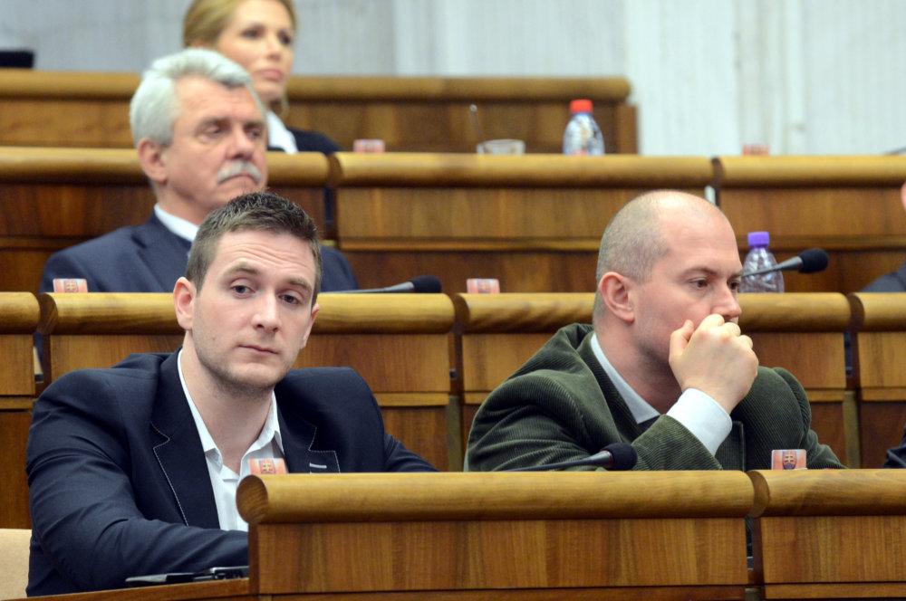 V parlamente sú Milan Uhrík a Marian Kotleba susedia. Foto – TASR