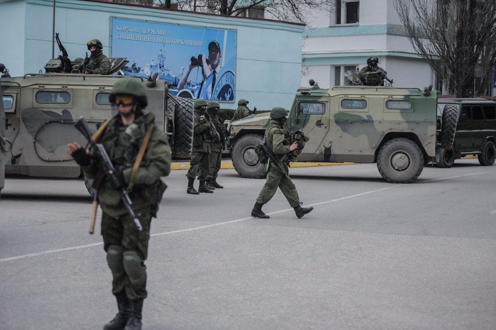 Neoznačení ruskí vojaci na Kryme. Kremeľ odmietal priznať, že by ich tam vyslal, ruskí predstavitelia vyhlasovali, že by tam niektorí možno mohli byť na dovolenke. Prokremeľské názory púšťali do sveta práve konšpiračné weby. Foto - ap
