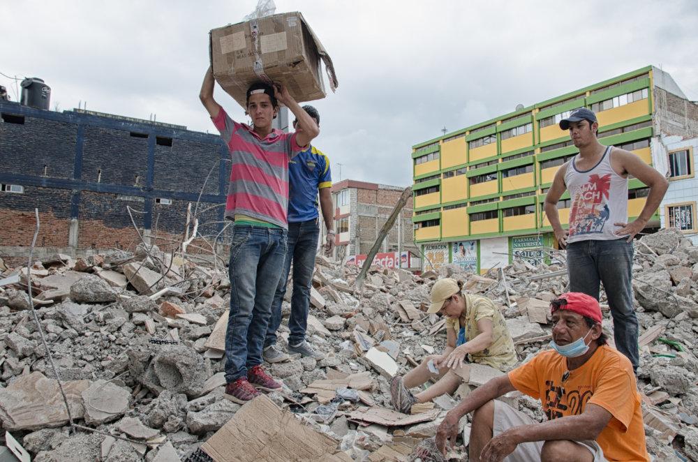 Viktor a jeho rodina na ruinách budovy, ktorej kedysi stála ich lekáreň. Foto - Tomáš Forró
