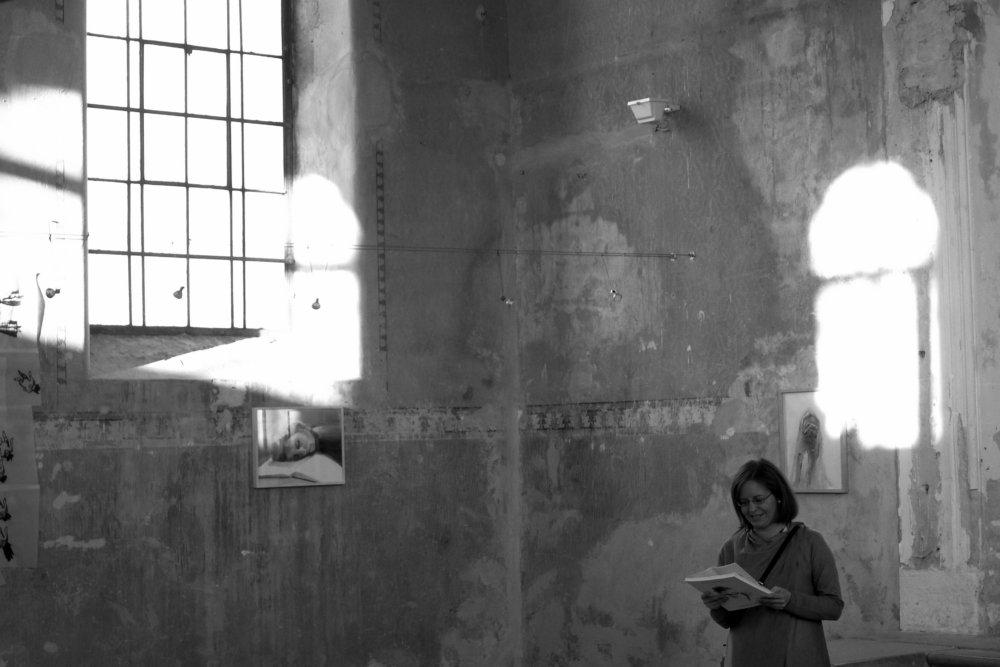 Kurátorka Daniela Čarná otvára výstavu malieb Jany Farmanovej v šamorínskej synagóge, kde sídli At Home Gallery. Foto - Marek Kuboš
