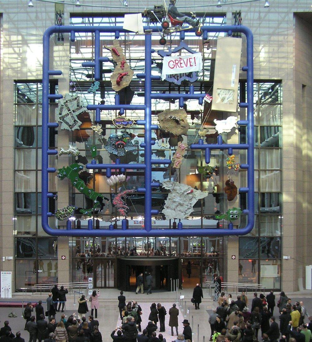 Vo vstupnej hale budovy Justus Lipsius vystavili Česi počas svojho predsedníctva v roku 2009 Entropu výtvarníka Davida Černého, ktorá mala znázorňovať predsudky o európsky národoch. Foto - Wikipedia