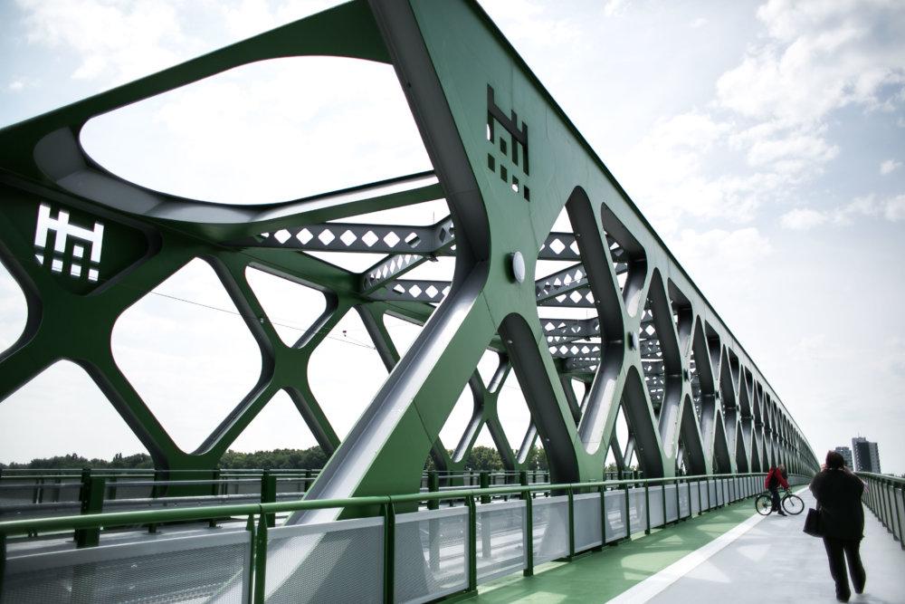 Starý most cez rieku Dunaj v Bratislave.