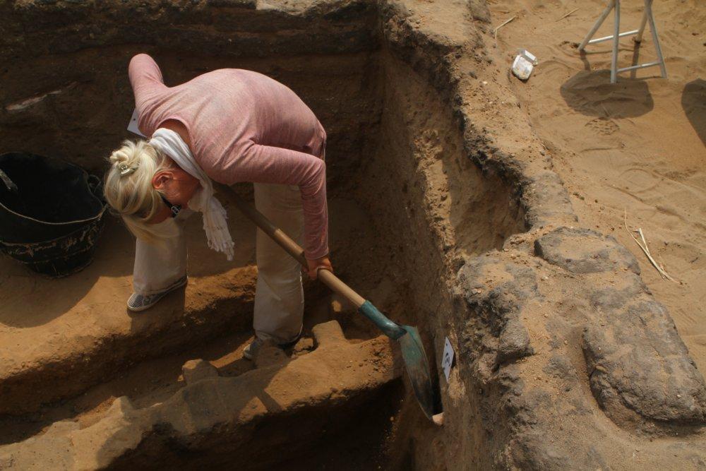 Kvetka Smoláriková čistí profil hrobu. Foto - Nadácia Aigyptos
