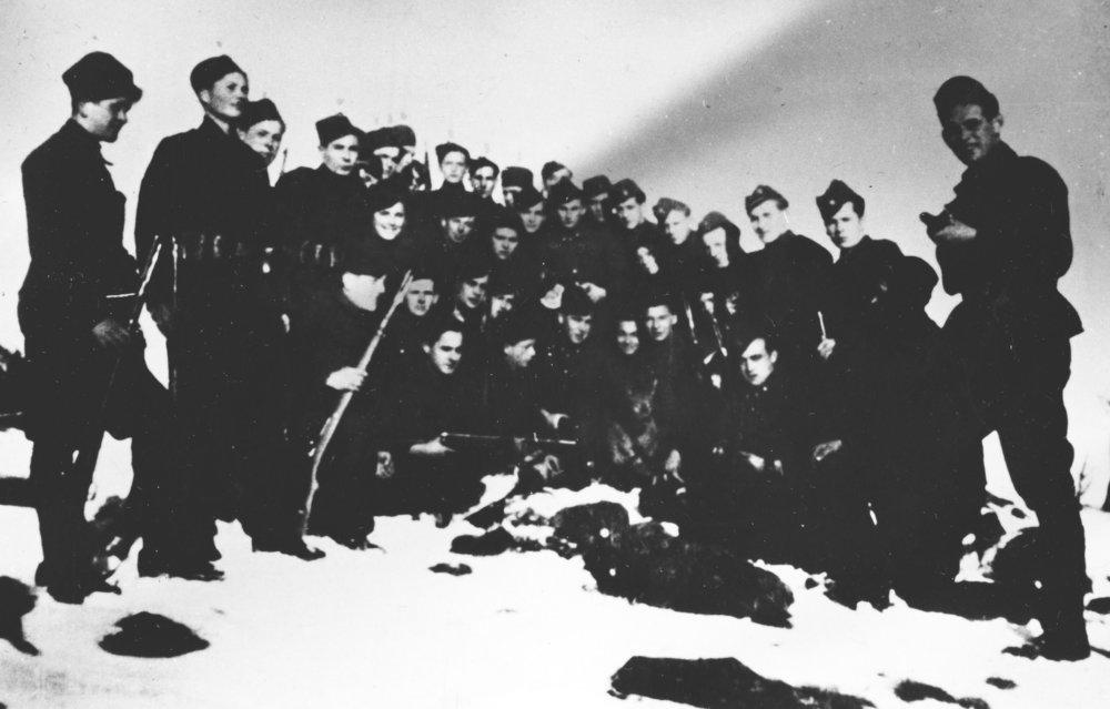 Slovenská rota protipartizánskej jednotky-Edelweis v Ostrom Grúni s veliteľom majorom Nižňanským. foto - Múzeum SNP